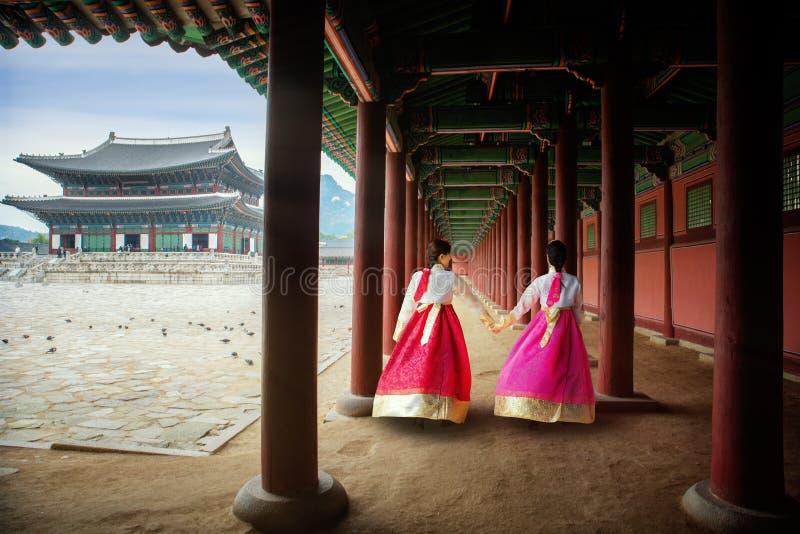 Dame coréenne dans des gress de Hanbok ou de la Corée et promenade dans un pala antique image stock