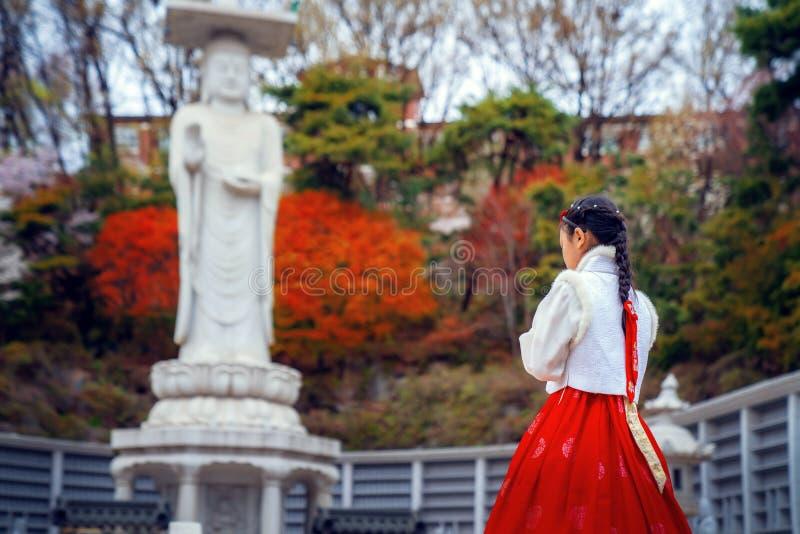 Dame cor?enne dans la robe de Hanbok dans le temple de Bongeunsa image stock