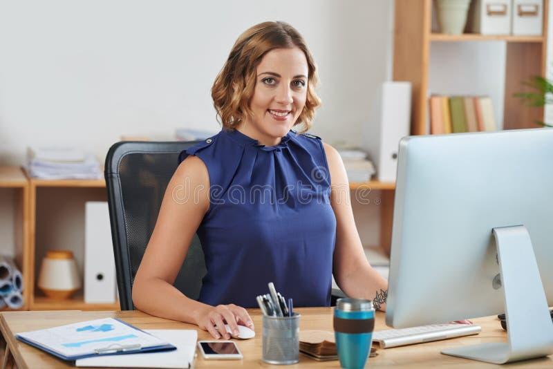 Dame d'affaires au travail images stock