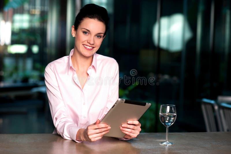 Dame d'entreprise passant en revue sur le PC de comprimé image libre de droits