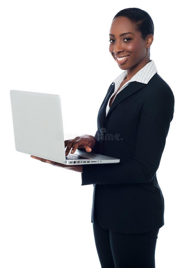 Dame d'entreprise travaillant sur l'ordinateur portable photographie stock libre de droits