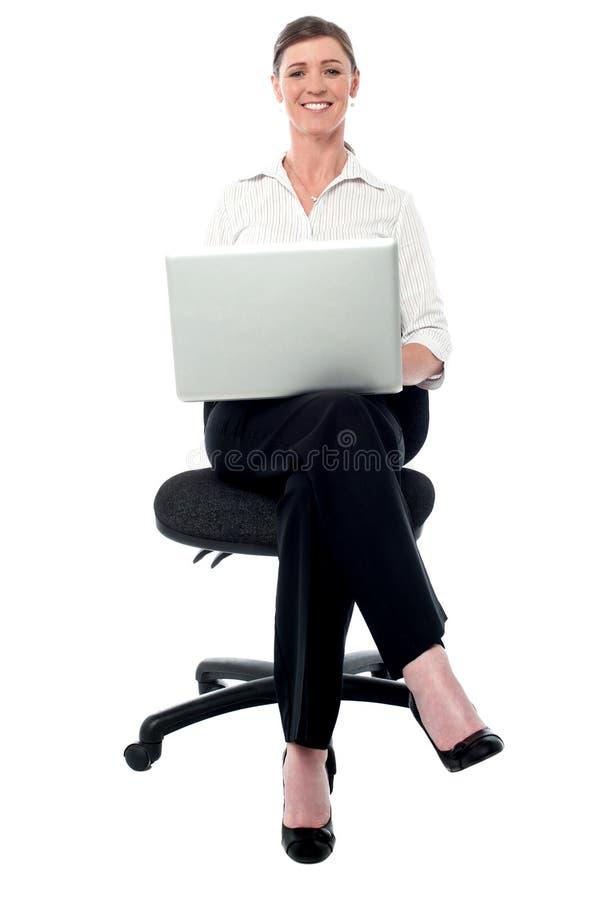Dame d'entreprise travaillant sur son ordinateur portable image libre de droits