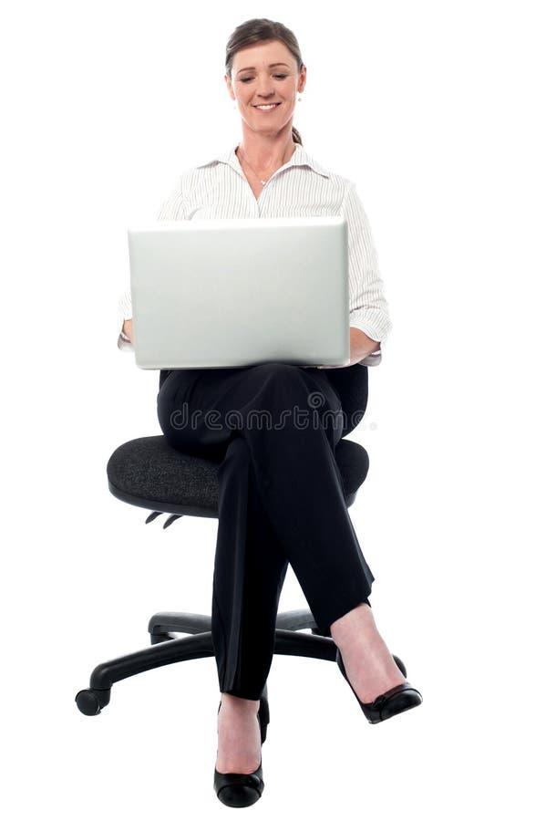 Dame d'entreprise travaillant sur son ordinateur portable photos stock
