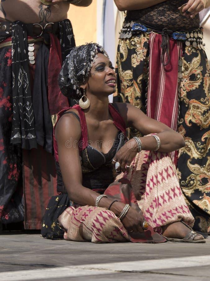 Dame Dancer im orientalischen (Mittlere Osten-) Kostüm stockfotos