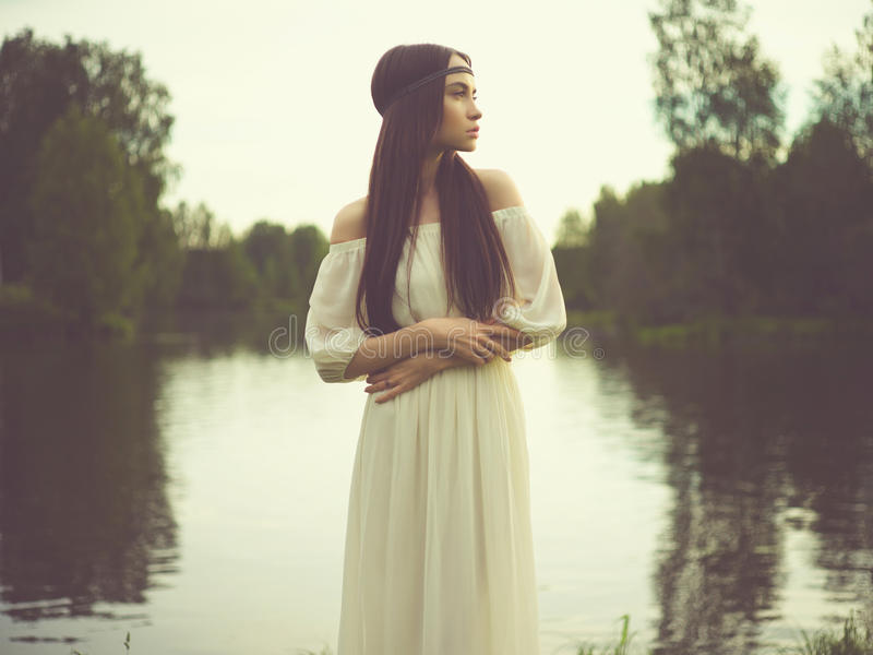 Dame de Bohème à la rivière photos libres de droits