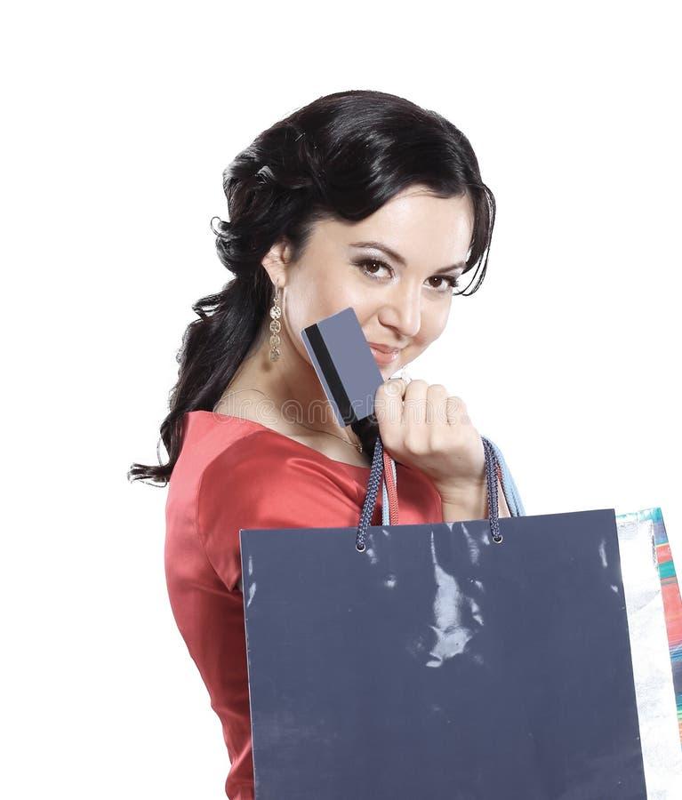 Dame de charme avec une carte de crédit D'isolement sur le blanc photographie stock libre de droits