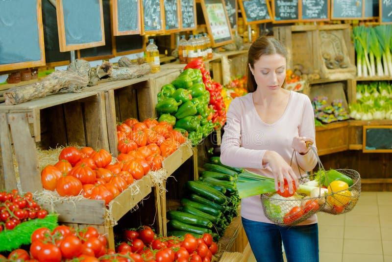 Dame in de opbrengst van de de holdingsmand van de landbouwbedrijfwinkel stock afbeelding