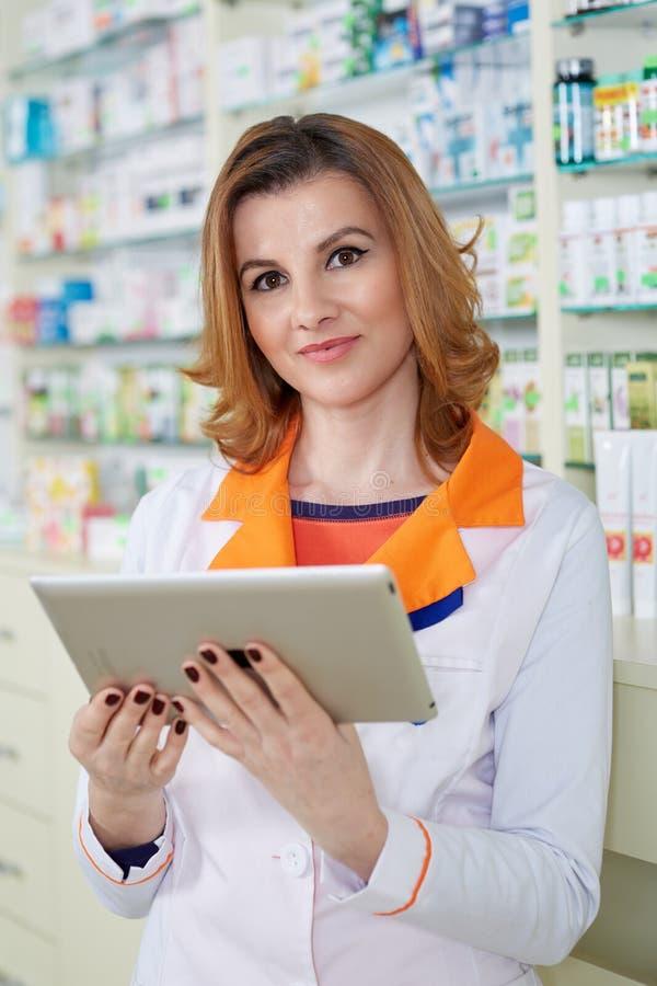 Dame de pharmacien avec le comprimé photos libres de droits