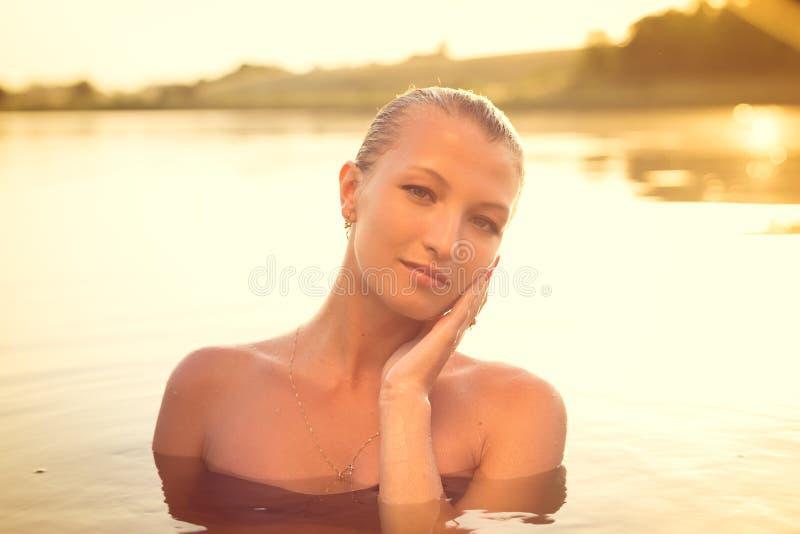 Dame de sourire de jeune beau sexi dans l'eau photos libres de droits