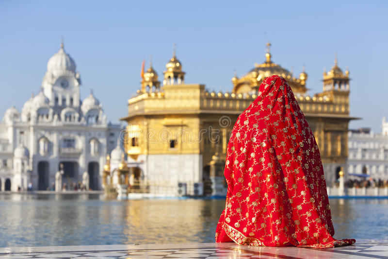 Dame in der roten Sari am goldenen Tempel. stockfoto