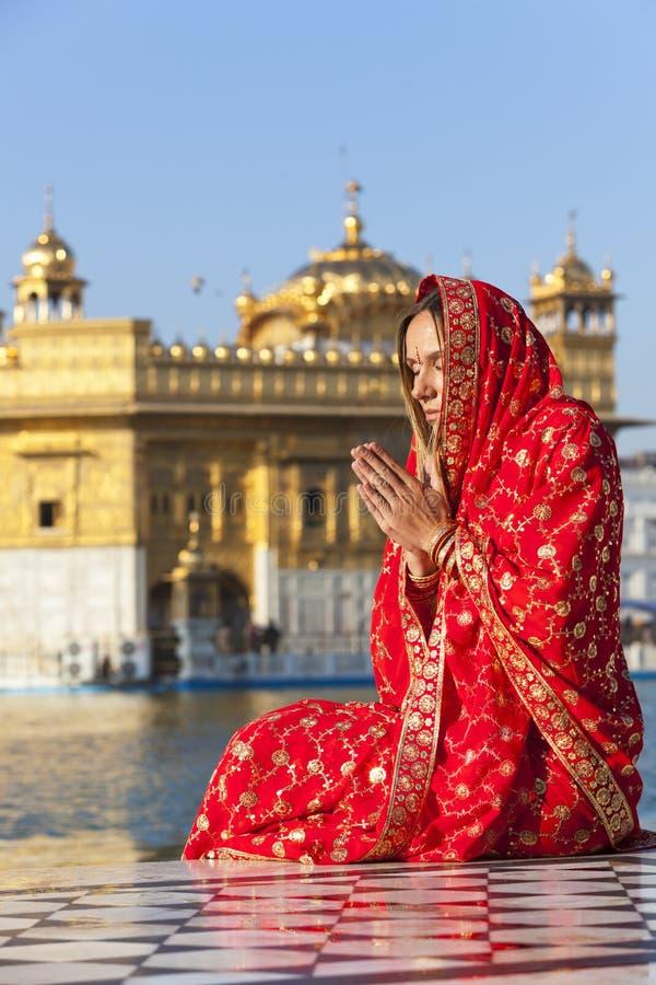 Dame in der roten Sari am goldenen Tempel. lizenzfreies stockbild