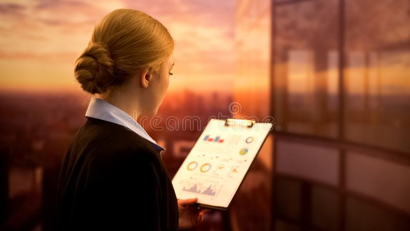 Dame, die auf der Büromittelterrasse, Firmenunternehmensplan erstellend, Karriere steht lizenzfreies stockfoto