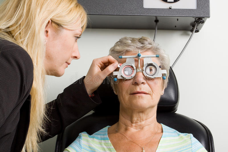 Dame, die Augenprüfungsprüfung hat stockfotos