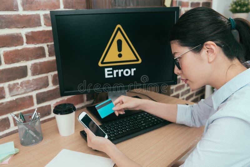 Dame, die den Computer zahlt verwendet, Fehlerproblem erhalten lizenzfreies stockbild