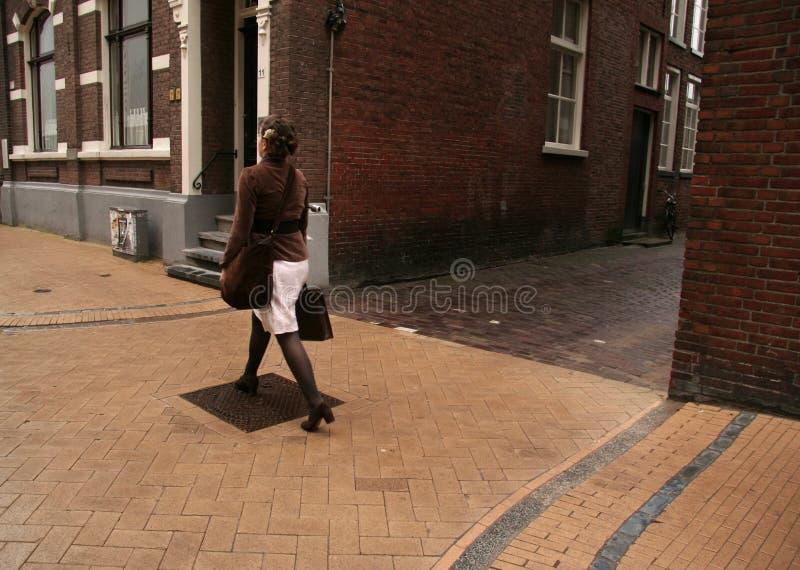 Dame, die in die Straße geht lizenzfreie stockfotografie