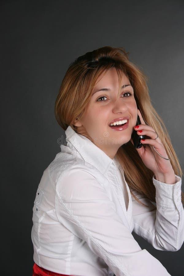 Dame, die durch Telefon spricht lizenzfreies stockfoto