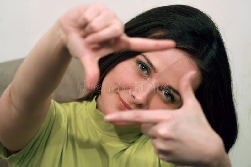 Dame die een teken en het glimlachen maakt stock foto's