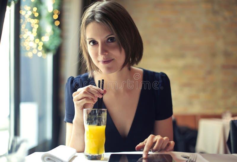 Dame, die ein alkoholfreies Getränk trinkt stockfotografie