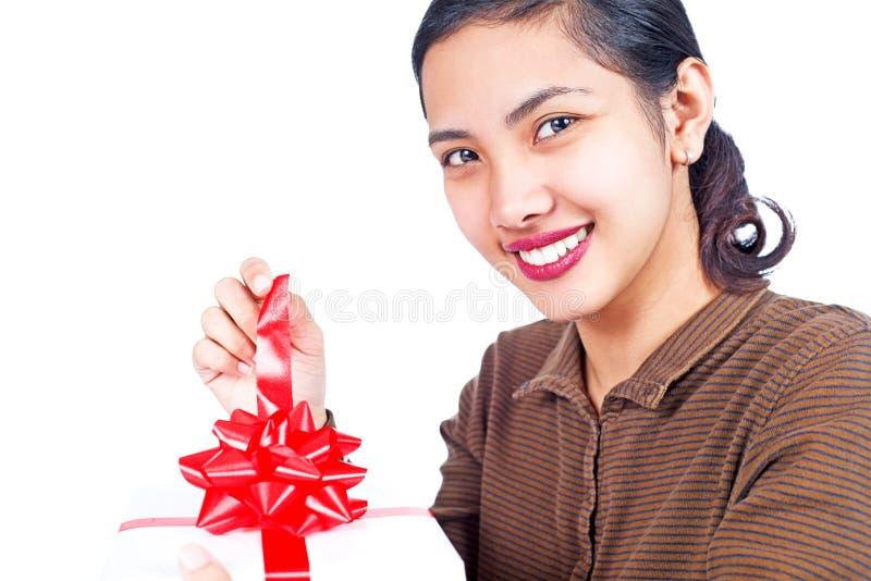 Dame, die ein Geschenk öffnet lizenzfreies stockfoto