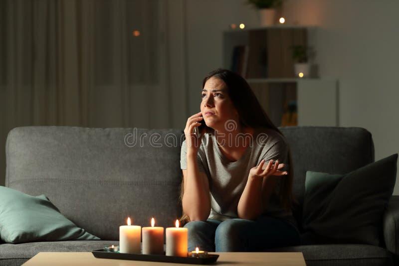 Dame die elektrisch bedrijf voor een elektriciteitspanne eisen stock afbeeldingen