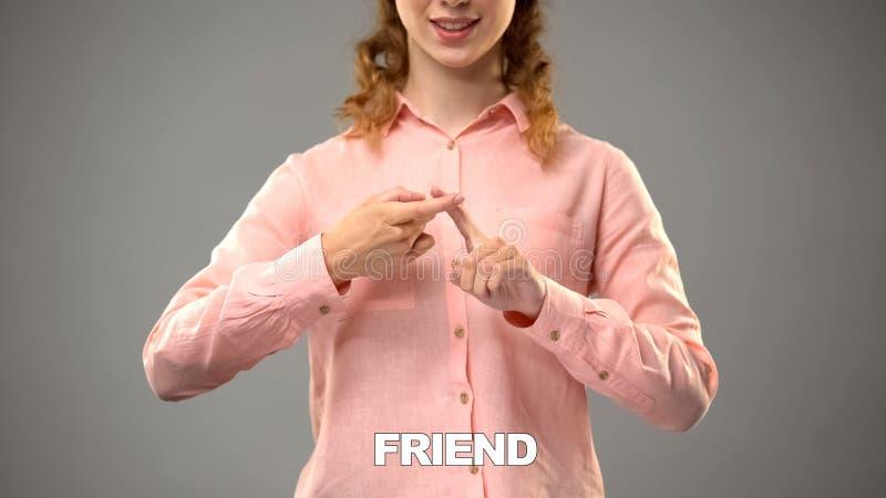 Dame, die Freund in asl, Text auf Hintergrund, Kommunikation für taubes, Lektion zeigt stockbilder