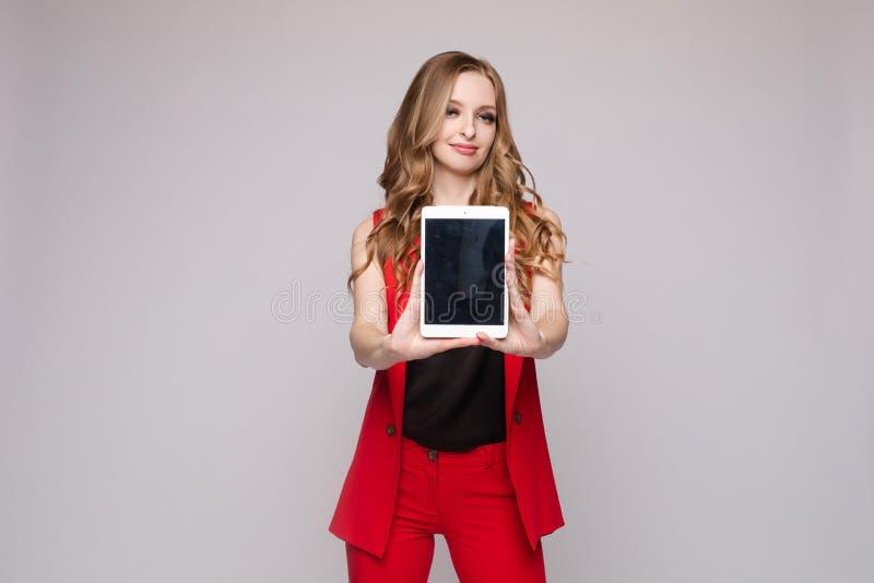 Dame die gadgets gebruiken de schitterende elegante jonge vrouw in toevallig kleedt zich stock foto's