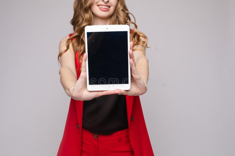 Dame die gadgets gebruiken de schitterende elegante jonge vrouw in toevallig kleedt zich stock afbeeldingen
