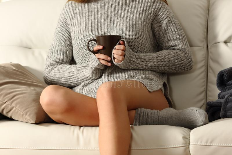 Dame die houdend een koffiemok in de winter verwarmen royalty-vrije stock afbeeldingen