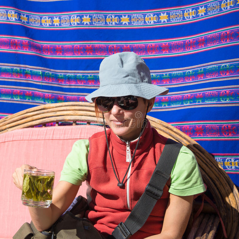 Dame, die Koka isst, lässt den Tee, bekannt als lizenzfreies stockfoto