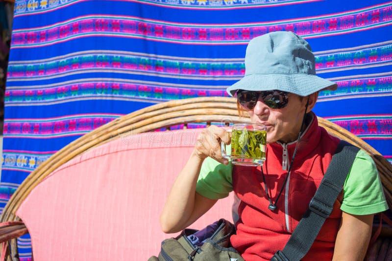 Dame, die Koka isst, lässt den Tee, bekannt als stockbild