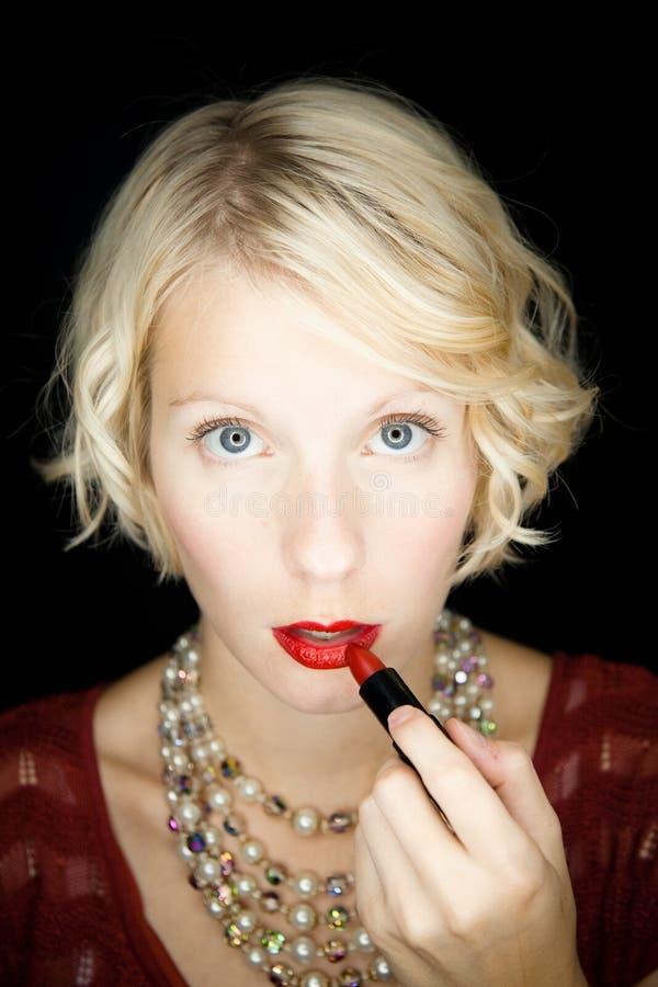 Download Dame Die Lippenstift Zetten (als Voor Een Spiegel) Stock Afbeelding - Afbeelding bestaande uit close, europees: 29509795