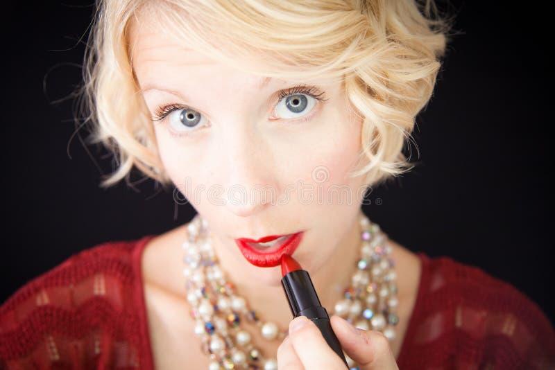 Download Dame Die Lippenstift Zetten (als Voor Een Spiegel) Stock Afbeelding - Afbeelding bestaande uit vrouwelijkheid, europees: 29509969