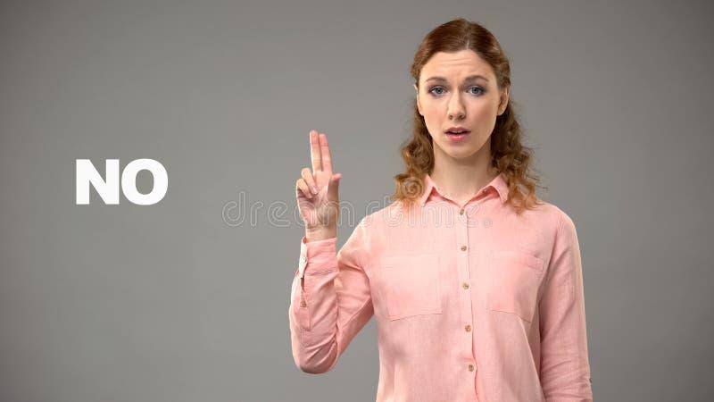 Dame die nr in gebarentaal, tekst op achtergrond, mededeling voor doof zeggen stock foto