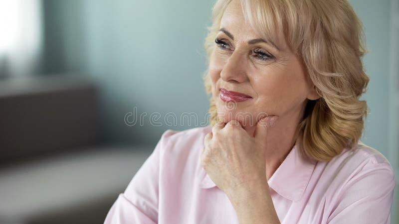 Dame die op middelbare leeftijd over pensionering en rond wereldcruise dromen, positiviteit stock fotografie