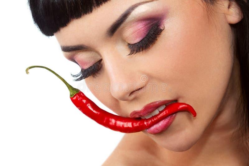 Dame, die Pfeffer der roten Paprikas anhält lizenzfreies stockfoto