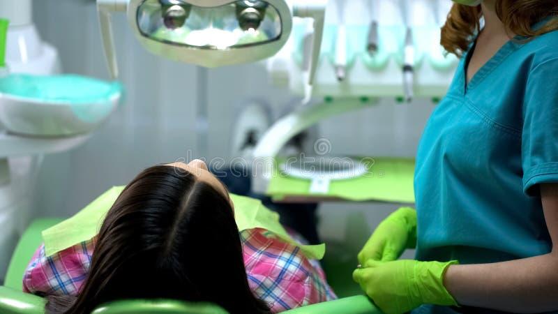Dame die professionele stomatologist voor regelmatige mondholtecontrole bezoeken, gezondheid stock fotografie