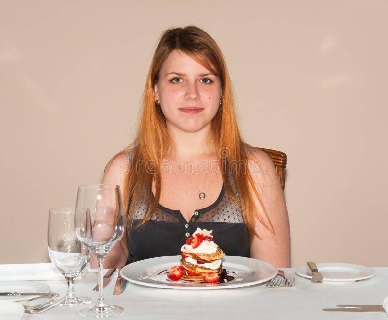 Dame die in restaurant cake eten royalty-vrije stock afbeeldingen