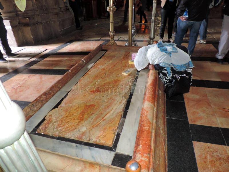 Dame, die am Stein des Salbens an der Kirche des heiligen Grabes, Jerusalem betet stockbilder