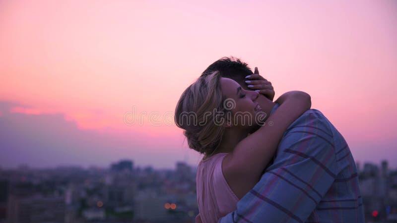 Dame die teder en zacht haar vriend koesteren die in warmte van zijn lichaam oplossen stock foto