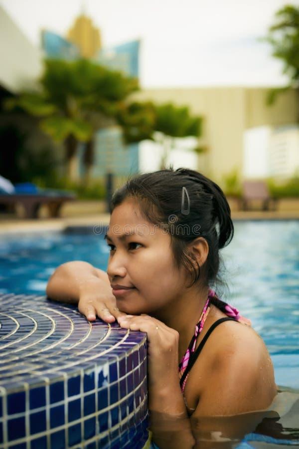 Dame door de pool stock afbeeldingen