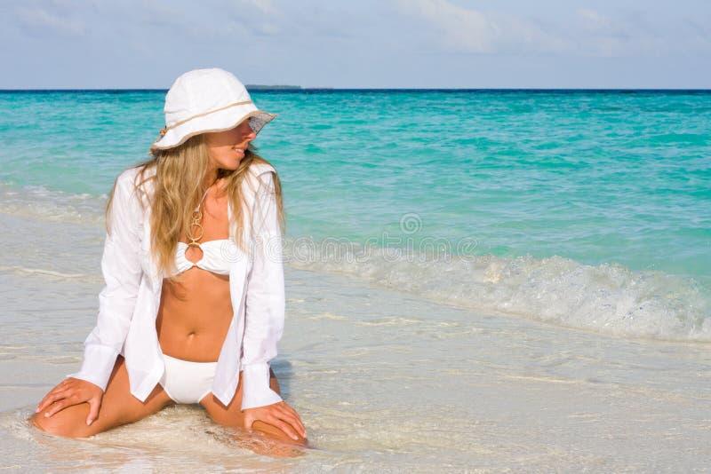 Dame in een bikini royalty-vrije stock afbeeldingen
