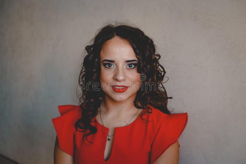 Dame in een rode kleding royalty-vrije stock foto's