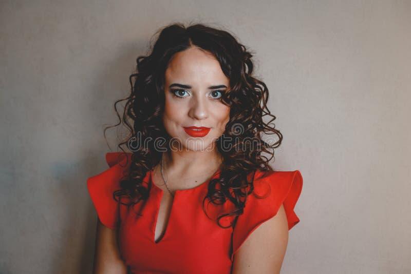 Dame in een rode kleding royalty-vrije stock foto