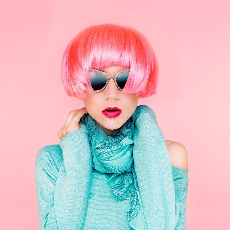 Dame fascinante de mode dans la perruque rose image libre de droits