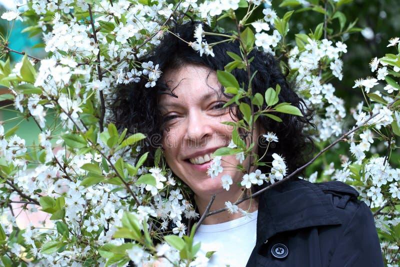 Dame In Flowers stock afbeeldingen