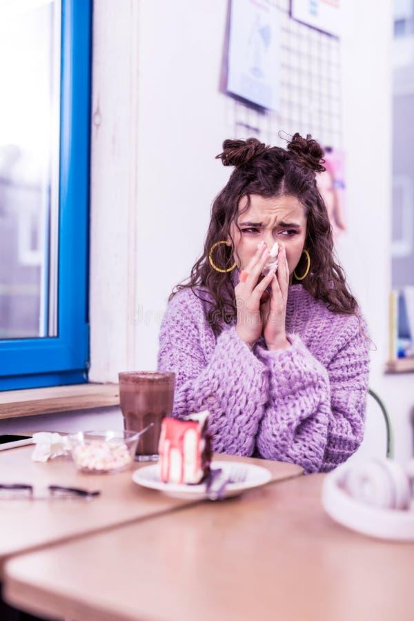 Dame frustrante désagréable étant malade avec la grippe et soufflant la morve photos stock