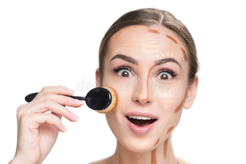 Dame gaie faisant le maquillage bas images libres de droits