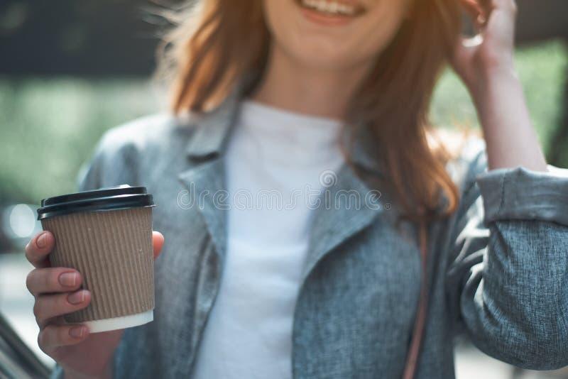 Dame gaie prenant la tasse de café dehors photo stock