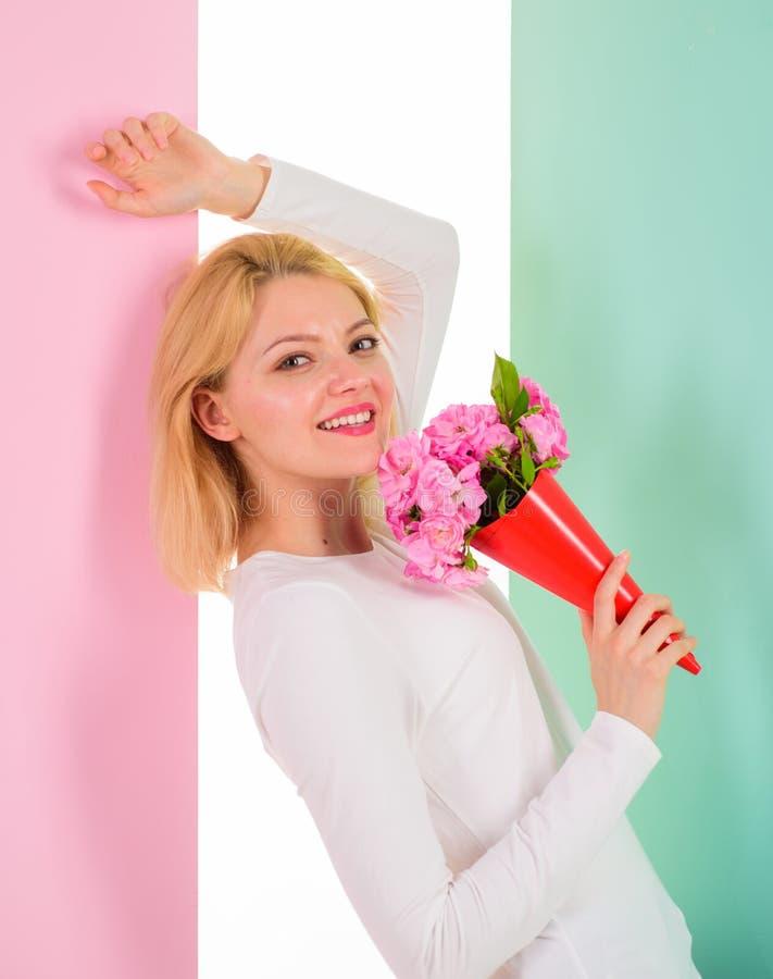 Dame gelukkige ontvangen bloemen van geheime bewonderaar Vrouw dromerig glimlachen probeert gissing die in liefde met haar vallen stock fotografie