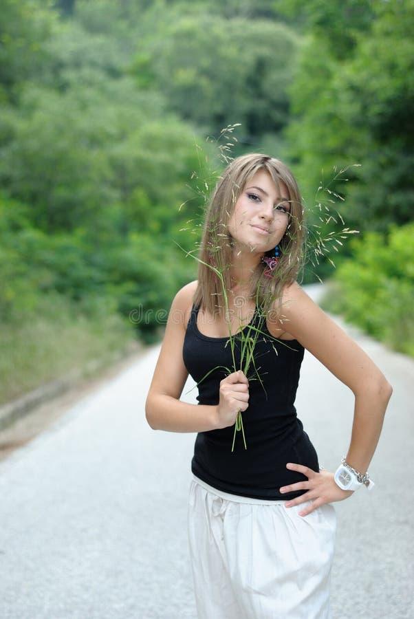 Dame grecque posant à l'extérieur photo stock